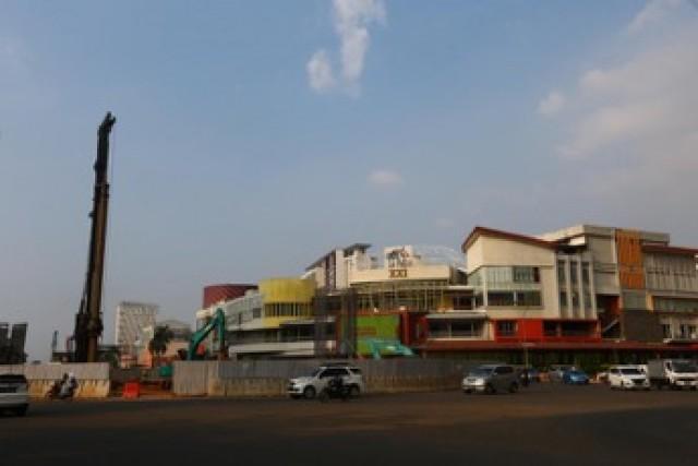 The light rail transit (LRT) development on Jl Boulevard Raya, Kelapa Gading.